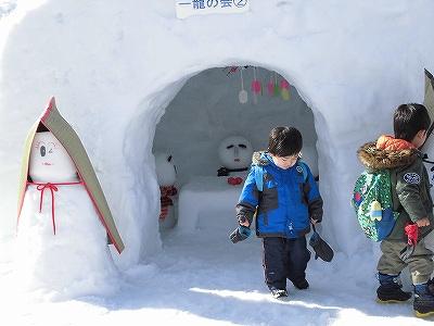 さかだに雪まつり かまくらで遊ぶ子どもたち/どこまでもアマチュア