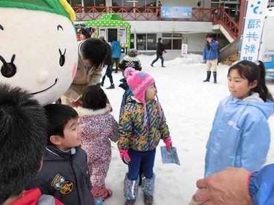 さかだに雪まつり さかずきんちゃんと子供たち/どこまでもアマチュア